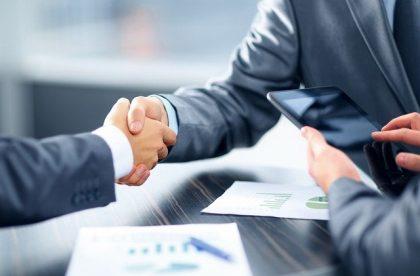 האם עלי לשכור עורך דין מקרקעין שיעזור בשינוי המשכנתא שלי?